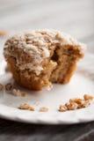 Сдержите принятый из булочки сладкого картофеля мякиша грецкого ореха на таблице Стоковое Изображение RF