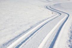 След автошины автомобиля на дороге зимы Стоковая Фотография RF