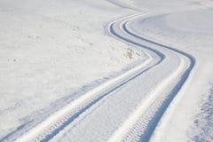 След автошины автомобиля на дороге зимы Стоковые Изображения RF