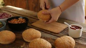 Сделайте бургер дома сток-видео
