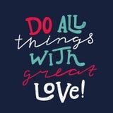 Сделайте все вещи с большой влюбленностью quote Покрашенная вручную надпись, плакат, typograpy Стоковая Фотография