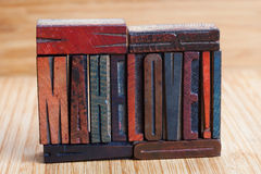 Сделайте влюбленность, написанную деревянные текстурированные письма стоковые фото