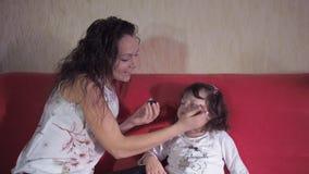 Сделайте красивую маленькую девочку акции видеоматериалы