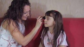 Сделайте красивую маленькую девочку видеоматериал