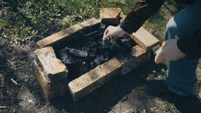 Сделайте огонь после полить более светлую жидкость видеоматериал