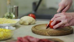 Сделайте пиццу в кухне акции видеоматериалы