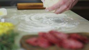 Сделайте пиццу в кухне сток-видео