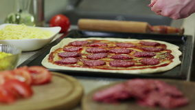 Сделайте пиццу в кухне видеоматериал