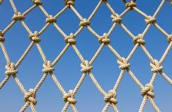 Сделайте по образцу сеть сетка веревочки горизонтальная на голубом небе Стоковые Фото