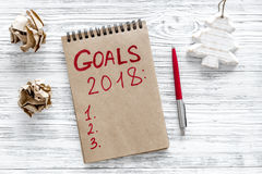Сделайте список целей на 2018 Украшение тетради и рождества на деревянном взгляд сверху предпосылки Стоковые Изображения RF