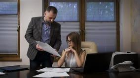 Сделанный менеджер серьезной ошибкой, босс злющий Бизнесмен крича на его подчиненных, она была испугана и видеоматериал