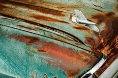 Сделанный ямки орнамент клобука Шевроле хрома с ржавчиной и увяданной краской Стоковая Фотография