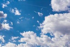 Следа самолета пирофакела Солнця голубого неба облаков белизны день пушистого солнечный Стоковая Фотография RF