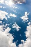 Следа самолета пирофакела Солнця голубого неба облаков белизны день пушистого солнечный Стоковые Изображения RF