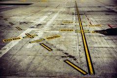 След взлётно-посадочная дорожка авиапорта для самолетов принимает  стоковое изображение