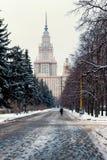 След в парке водя к зданию государственного университета Москвы стоковое фото rf