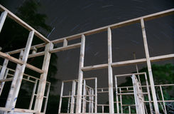 След звезды через рамку здания стоковые изображения rf