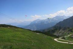 След и Бавария Германия Garmisch Partenkirchen Alpspitze параглайдинга Стоковая Фотография RF