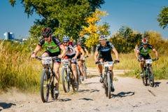 След катания велосипедиста горного велосипеда на солнечном дне, здоровом образе жизни Стоковое фото RF