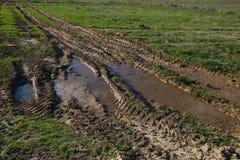 След колеса трактора в поле Стоковое Фото