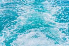 След на поверхности морской воды за шлюпкой Стоковые Изображения