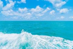 След на поверхности морской воды за шлюпкой Стоковое Изображение