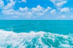 След на поверхности морской воды за шлюпкой Стоковые Фото