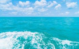 След на поверхности морской воды за шлюпкой Стоковое Фото
