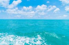 След на поверхности морской воды за шлюпкой Стоковое Изображение RF
