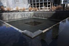 След ноги водопада WTC, национального мемориала 11-ое сентября, Нью-Йорка, Нью-Йорка, США Стоковые Изображения
