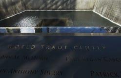 След ноги водопада WTC, национального мемориала 11-ое сентября, Нью-Йорка, Нью-Йорка, США Стоковые Фотографии RF