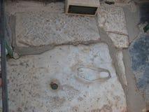 След ноги в старом Ephesus, знаки рекламы используемые в первый раз в мире Стоковые Фото