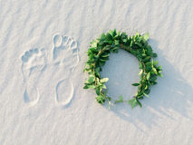 След ноги и зеленый лавровый венок на пляже белого песка тропическом Стоковое Изображение