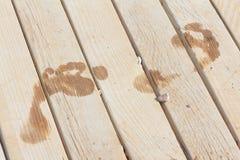След ноги на деревянной планке Стоковая Фотография RF