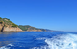 След ноги на море от проходя корабля Стоковая Фотография