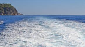 След ноги на море от проходя корабля Стоковая Фотография RF