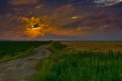 Следовать проселочной дорогой грязи к большому городу Стоковое Изображение