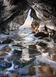 Следовать светом внутри a и естественной пещеры моря Стоковые Изображения