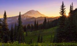 След петли пика Naches в Mt более ненастном NP на Suset стоковое изображение
