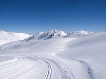 След пешего туризма и langlauf зимы в горных вершинах Стоковое Фото