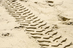 След покрышки в песке стоковые фото