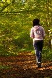 След по пересеченной местностей женщины идя в лесе осени Стоковые Фотографии RF