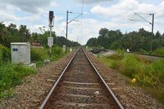 след поля глубины железнодорожный отмелый стоковая фотография rf