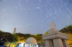 След солнечных часов, самолета и след звезды Стоковое Фото