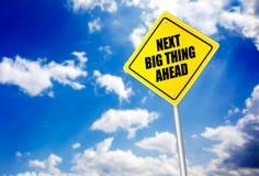 Следующее большое сообщение вещи вперед на дорожном знаке стоковые изображения