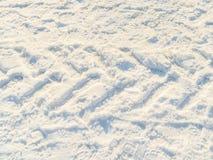Следы автомобиля в белом снеге Стоковое Фото