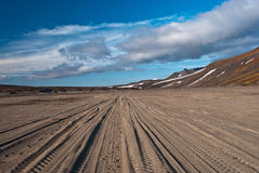 Следы автомобиля в горах Стоковые Фотографии RF