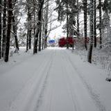 Следы автошины автомобиля на дороге зимы с дорожными знаками Стоковое Фото