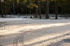 Следы автошины автомобиля на дороге зимы Стоковая Фотография RF