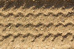 Следы автошины автомобиля на песке, как предпосылка стоковые изображения